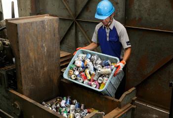 吉川金属商事 非鉄金属リサイクル工場技術 非鉄金属リサイクル工場技術 アルミ缶のプレス作業
