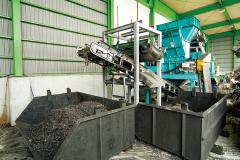 廃自動車リサイクル 自動車リサイクルシステム 粉砕機へ投入